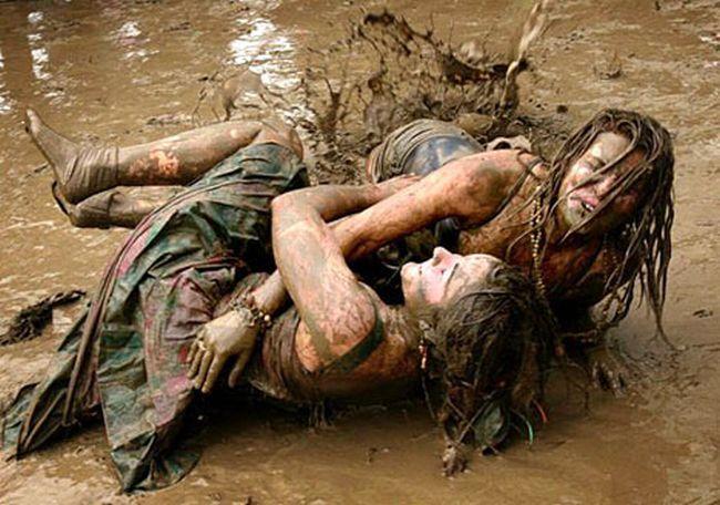 Девки дерутся в грязи